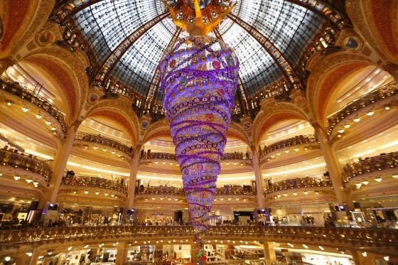 Елка длиной 25 метров украшает французский универмаг Galeries Lafayette.