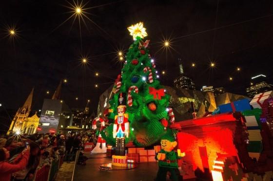 Рождественская елка была построена из более чем полумиллиона деталей Lego.