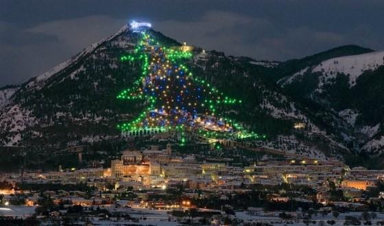 Жители Губбио — настоящие счастливчики, потому что видят украшенную елку из любой точки города: она размещена на горе Инджино. Высота новогодней красавицы — более 650 метров, в 1991 году елка попала в Книгу рекордов Гиннесса.