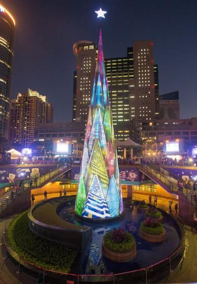 Высота этого светодиодного дерева — почти 36 метров. За месяц до праздника каждые полчаса после захода солнца идет световое шоу.