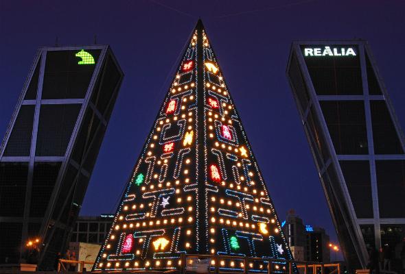 Пирамида, грани которой выполнены в виде популярной в 90-х годах электронной игры Pack-Man. Хотя совершенно непонятно, какое отношение она имеет к католическому рождеству, зрелище получилось захватывающее.