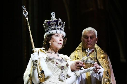 Инна Чурикова в роли английской королевы