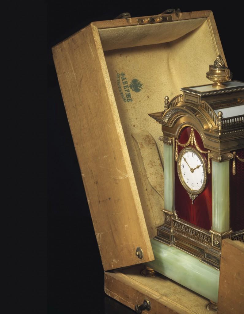 СОБСТВЕННОСТЬ БРИТАНСКОГО АРИСТОКРАТА Редкие и выдающиеся каминные часы из бовенита, украшенные эмалью гильоше и отдельными элементами из позолоченного серебра Клеймо Фаберже, императорское клеймо, клеймо мастерской Юлиуса Раппопорта, Санкт-Петербург, 1899-1908 годы, инвентарный номер №7532 £300 000 – 500 000