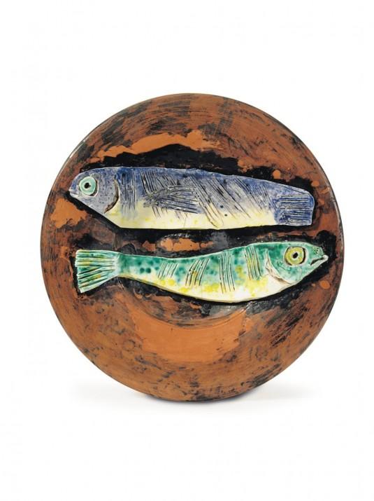 Пабло Пикассо, «Две рыбы на красном фоне», терракотовое блюдо, 1957