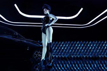 Бионическая певица и модель Виктория Модеста — муза «темного альтер эго» Rolls-Royce Black Badge